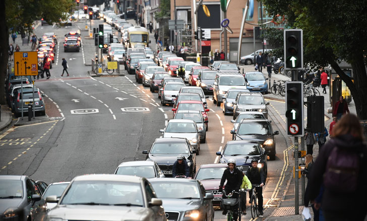 Avenida que presenta una gran congestión de coches