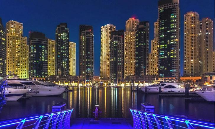 Perfil de la ciudad de Dubai por la noche
