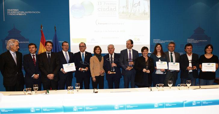 La ministra de Medio Ambiente, los organizadores del premio y los galardonados