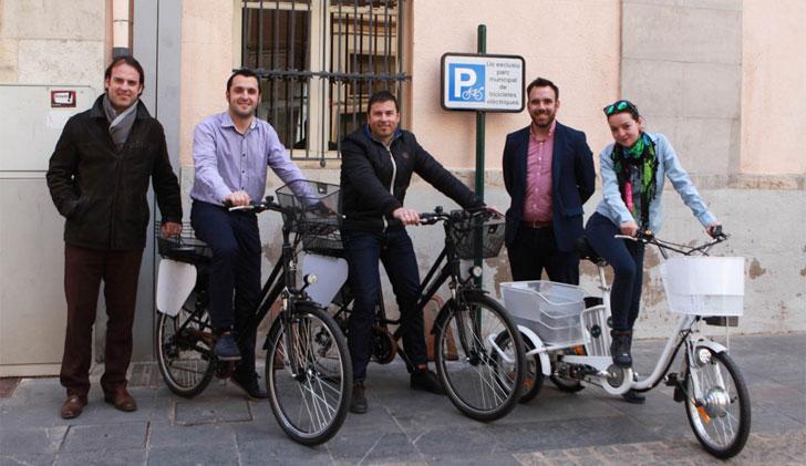Trabajadores del Ayuntamiento de Castellón con las bicicletas eléctricas