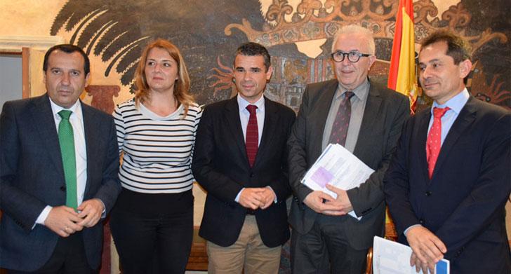 Los firmantes del convenio en la presentación del proyecto