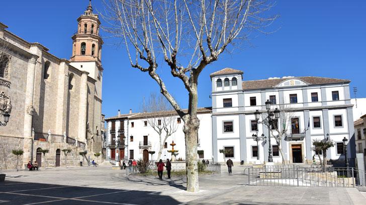 Plaza Mayor de Baza con el Ayuntamiento y la Iglesia al fondo