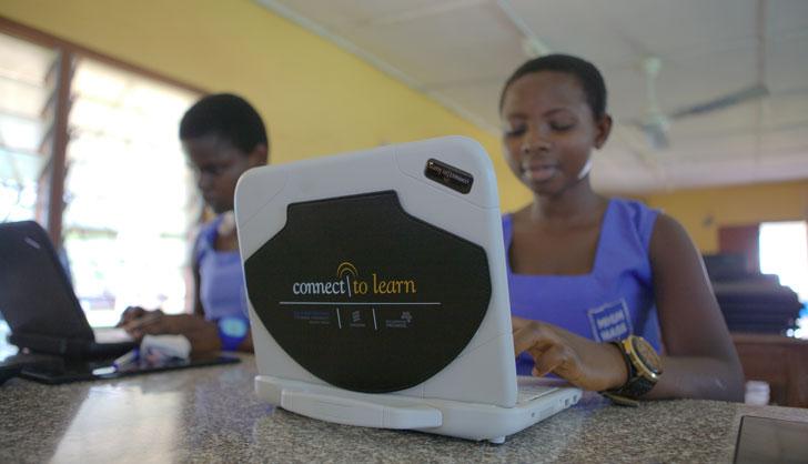 Niñas participan en un programa de aprendizaje con ordenador e internet