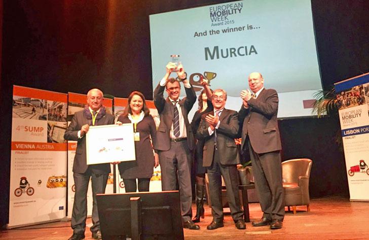 Delegación de Murcia recogiendo el premio en Bruselas