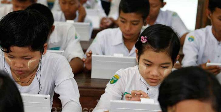 Niñas estudian con un ordenador