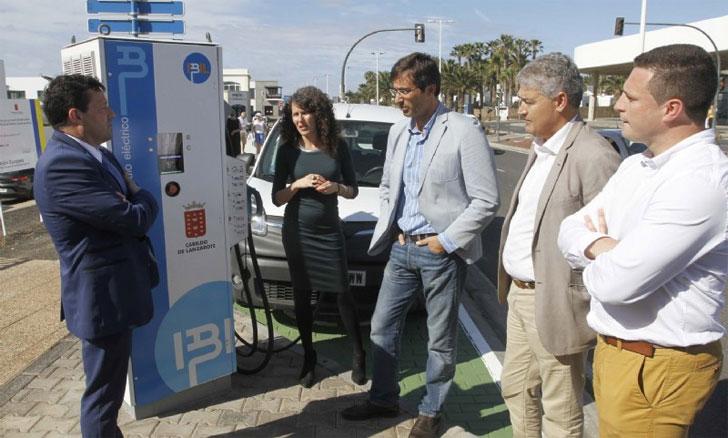 Autoridades de Lanzarote prueban el primer punto de recarga superrápida