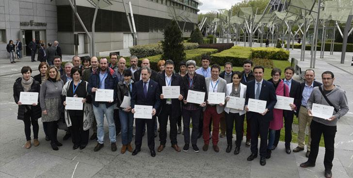 Representantes municipales con el certificado de reconocimiento a su labor