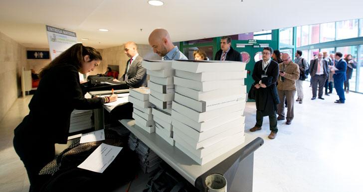 Una fila de congresistas espera su turno para recibir el material del II Congreso Ciudades Inteligentes