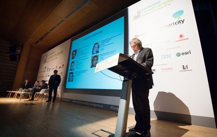 Joaquín Mañoso, decano del Colegio de Arquitectos de Canarias moderó el cuarto bloque de ponencias