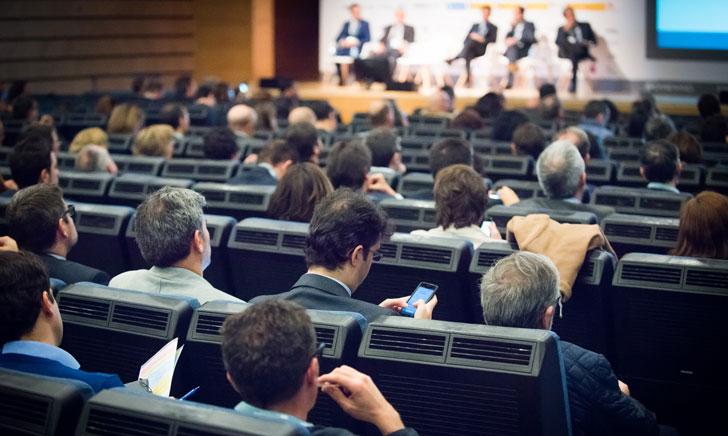 Asistentes al II Congreso Ciudades Inteligentes utilizando sus dispositivos móviles
