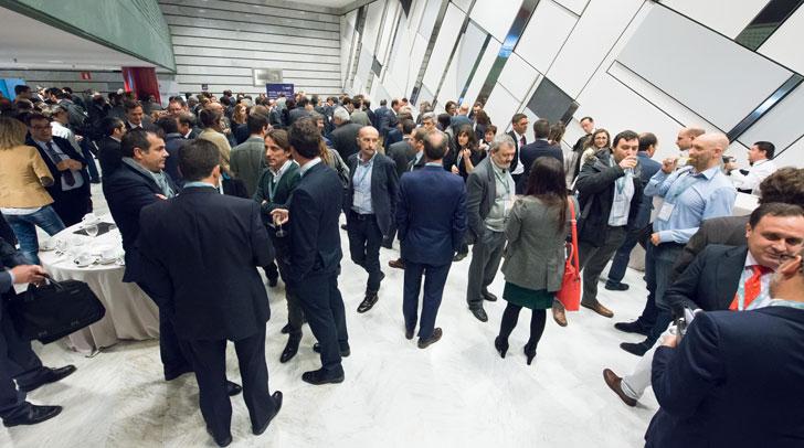 Los participantes en el II Congreso Ciudades Inteligentes departieron en las pausas para el café
