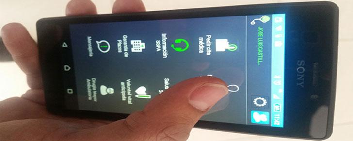 Usuario maneja en su móvil la aplicación Salud Responde