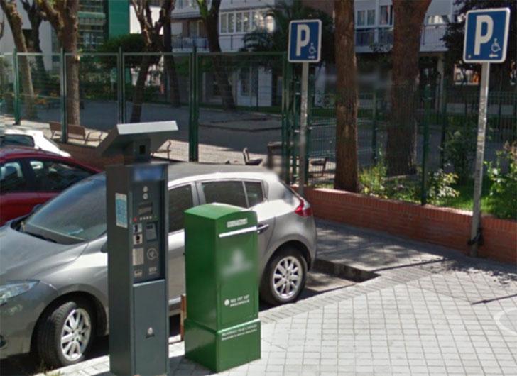 Parquímetro wisePARK junto a plaza de estacionamiento reservado a PMR