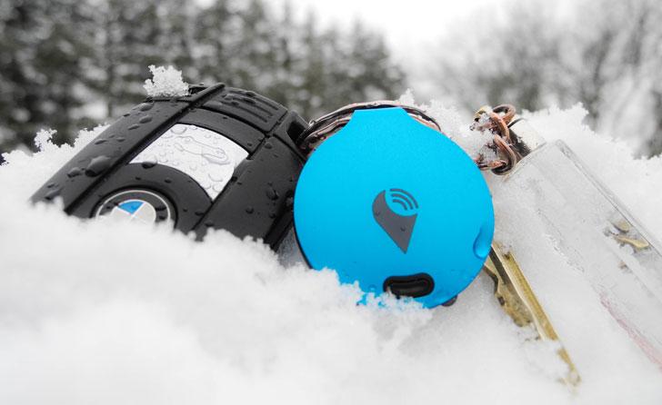 Unas llaves perdidas en la nieva con el geolocalizador