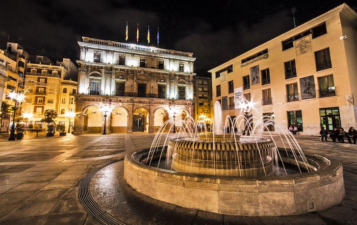Plaza de Castellón de la Plana iluminada de noche