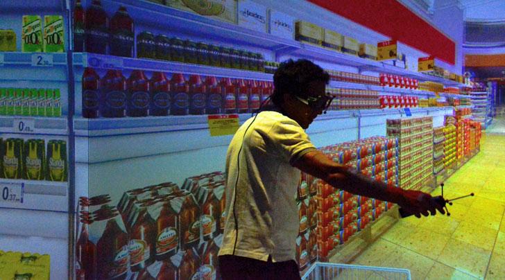 Comprador en supermercado con gafas de realidad virtual