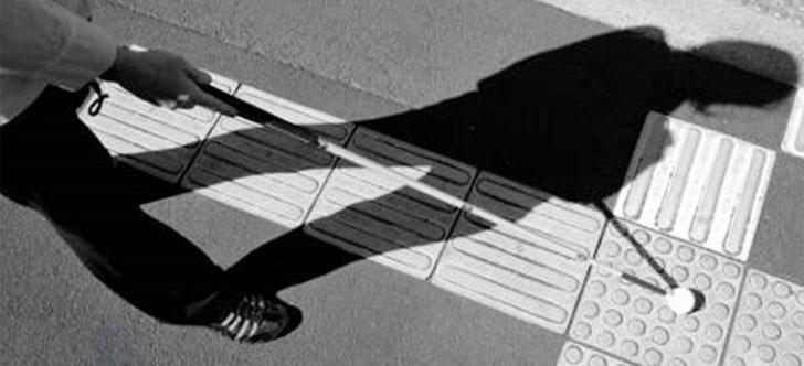 Persona ciega andando con bastón