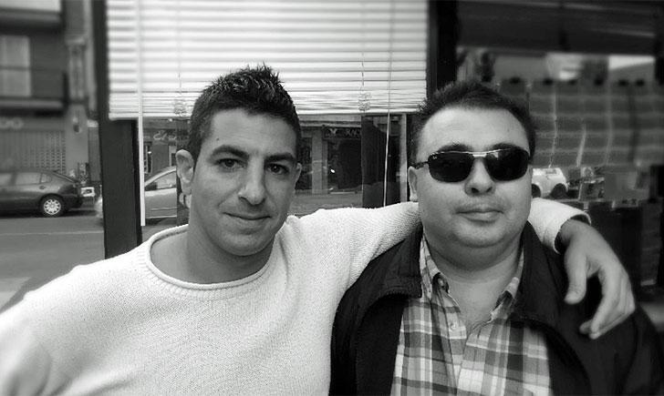 Adrián y Antonio en el puesto de lotería de Antonio