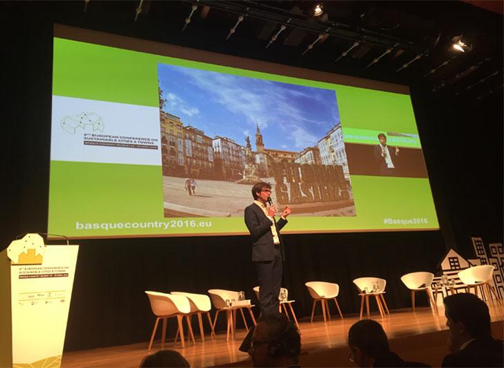 Gorka Urtaran, alcalde de Vitoria-Gasteiz ofreciendo una conferencia sobre el escenario