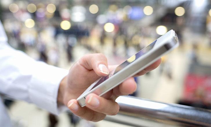 Un usuario utiliza su teléfono inteligente en un aeropuerto