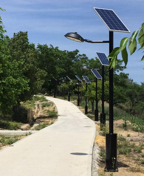 Paseo en el parque de Los Pitufos iluminado con farolas solares