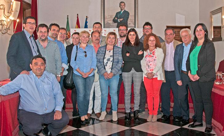 La representante de la Diputación de Cáceres junto a los representantes de las mancomunidades de la provincia.
