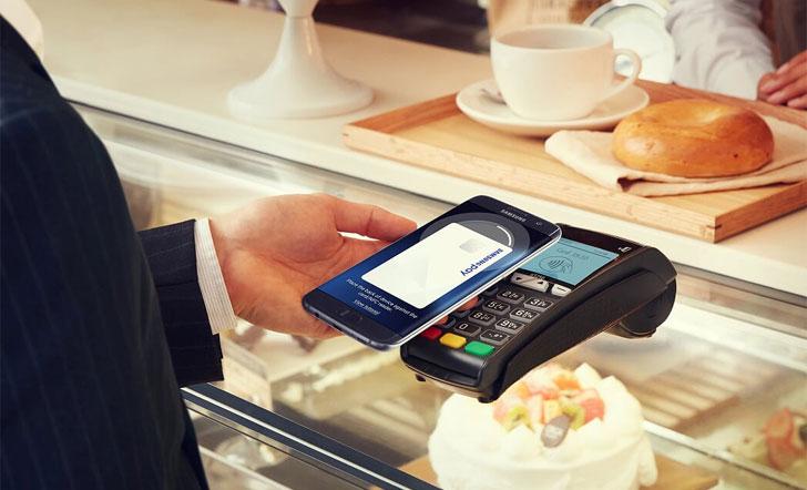 Un usuario paga en una cafetería mediante el sistema de pago móvil