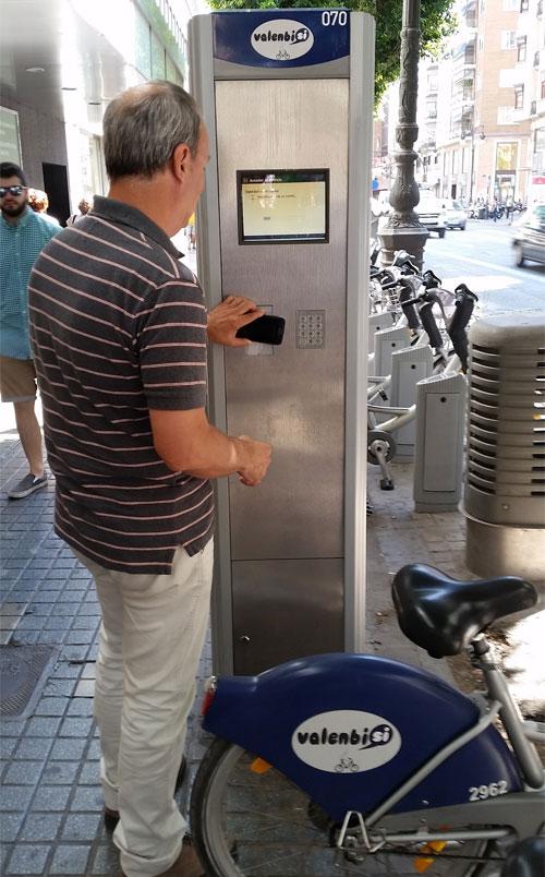 Usuario de Valenbisi retira una bici pública con su teléfono móvil