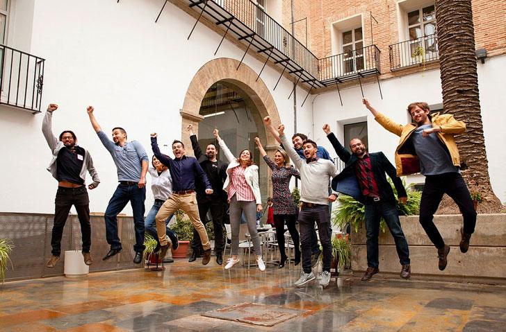 Grupo de personas saltando a la vez