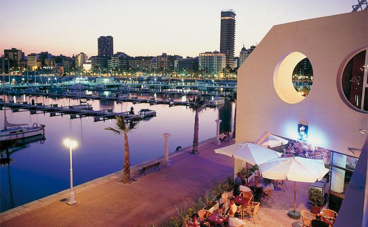Zona costera turística de Valencia por la noche