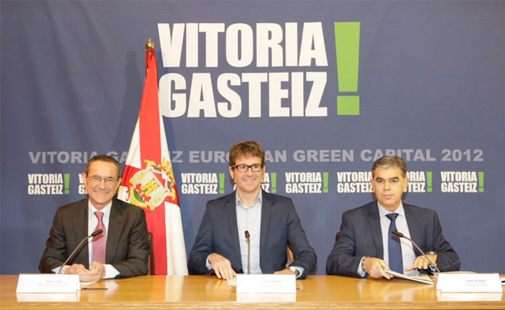 El alcalde de Vitoria-Gasteiz junto a otros representantes municipales