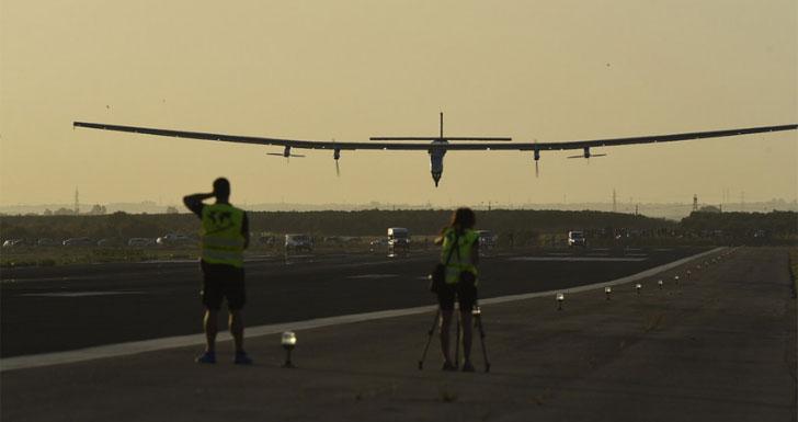 Momento de aterrizaje del Solar Impulse II en el aeropuerto de Sevilla
