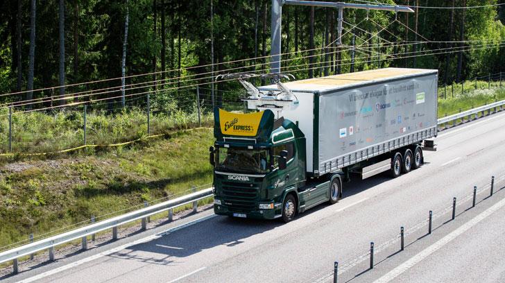 Un camión circula mediante el sistema de catenarias