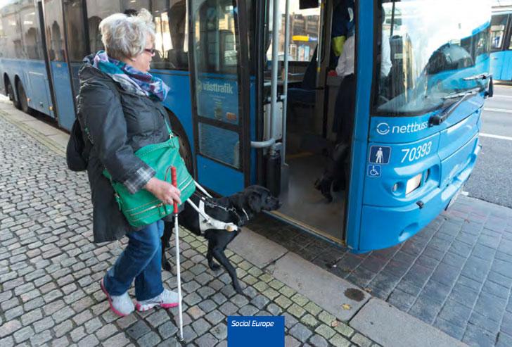Una ciudadana europea invidente accede a un autobús