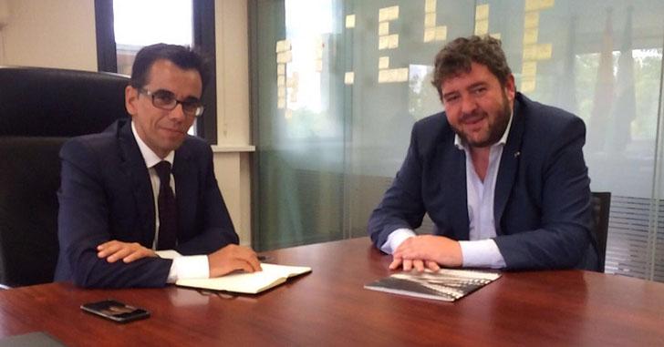 Juan Luis Cruz,decano del COITT Andalucía y Manuel Ortigosa, director general de Telecomunicaciones y Sociedad de la Información de la Junta de Andalucía, durante la reunión para establecer colaboraciones en ciudades inteligentes