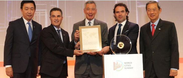 Entrega del premio 'Nobel de las ciudades' al alcalde de Medellín durante la Cumbre de las Ciudades de Singapur