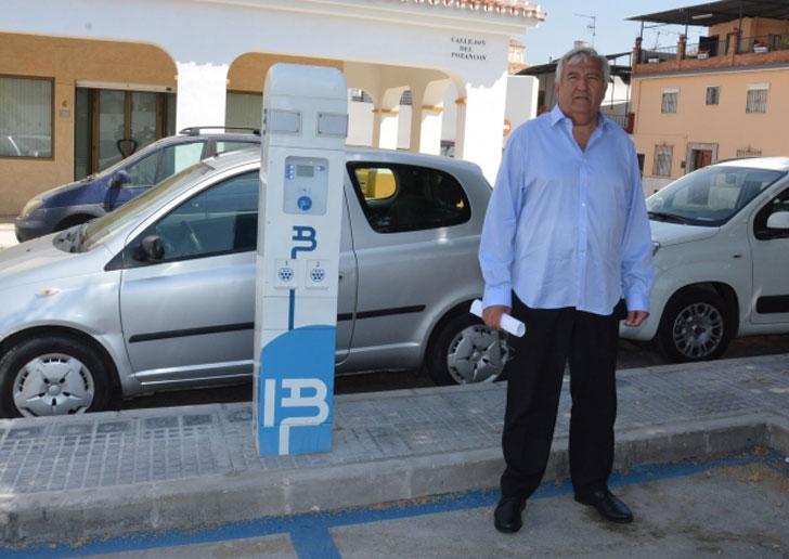 Primer punto de recarga para vehículos eléctricos en Vélez-Málaga, presentado pro el concejal de Medio Ambiente