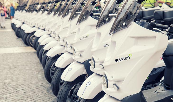 Los Servicios Municipales de Barcelona incorporan 25 motos eléctricas. Nuevas motos alineadas en el día de su presentación