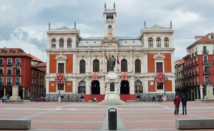 Valladolid idea su ciudad inteligente con el móvil como protagonista, mediante el proyecto Es tu ciudad. Edificio del Ayuntamiento y plaza de Valladolid