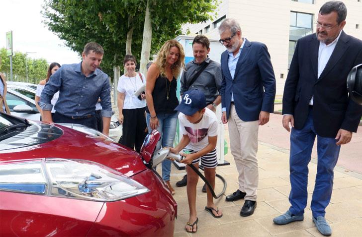 Inauguración del primer punto público de recarga rápida de coche eléctrico en Lleida