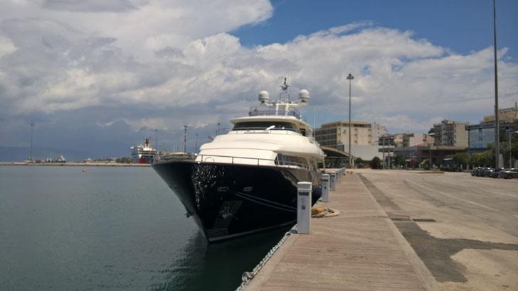 Una red inalámbrica de nodos para monitorizar la Marina de Patras. Embarcación atracada en un amarre
