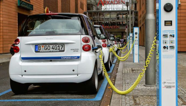 Estudian instalar puntos de recarga de vehículos eléctricos en Segovia. Coches eléctricos cargándose en diferentes puntos