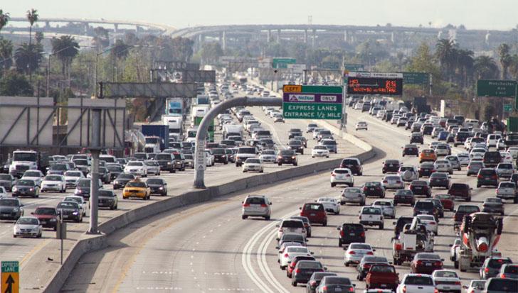 El reto de la Movilidad Urbana Sostenible e Inteligente. Atasco en las autopistas de Los Ángeles