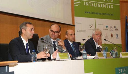 El presidente de la Diputación anunciando su intención de crear una red provincial de electrolineras en 2017