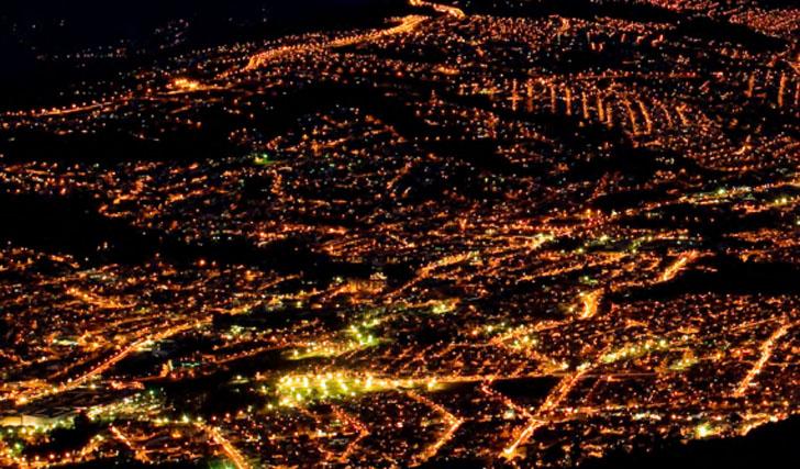 Hábitat III o la búsqueda de la ciudad sostenible para el futuro. Vista aérea nocturna de la ciudad de Quito