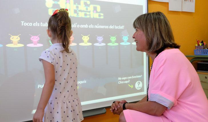 Núria Marín, alcaldesa de L`Hospitalet y presidenta de la Red Española de Ciudades Inteligentes en un colegio junto a una niña