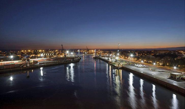 Vista nocturna del puerto de Oporto, que ha conseguido ahorrar un 70% del consumo de sus luminarias y evitar 277 toneladas de CO2
