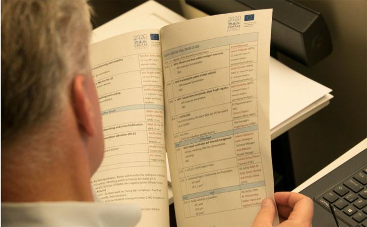 Uno de los asistentes a la primera Asamblea General del proyecto Civtas-eccentric revisa los documentos del proyecto