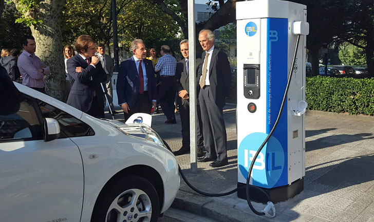 Primera electrolinera de recarga rápida para vehículos eléctricos en Bilbao. Momento de la inauguración
