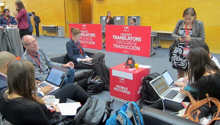 4ª Conferencia Internacional de Datos Abiertos en Madrid IODC16. Grupo de participantes en sofás con ordenadores
